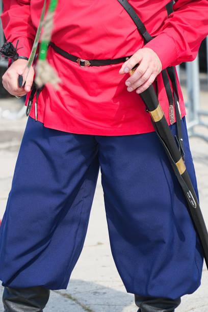 kosaken im roten hemd mit einem kavalleriesäbel - hackmesser stock-fotos und bilder