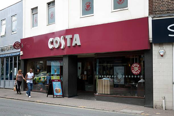 costa coffee shop auf der vorderseite in einer vorstadt high street - beckenham town stock-fotos und bilder