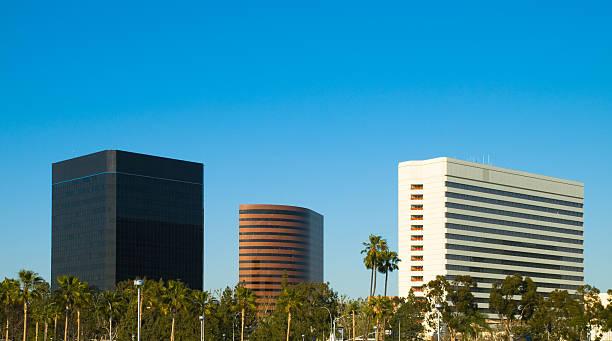 skyline von costa mesa hotel in orange county, kalifornien - süd kalifornien stock-fotos und bilder