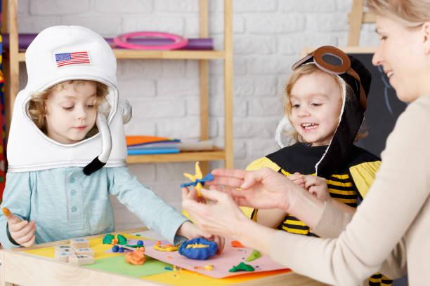 kostüm-party im kindergarten - kinderparty spiele stock-fotos und bilder