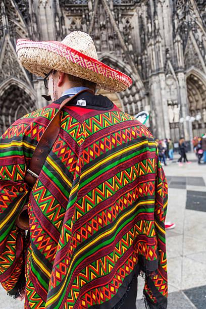 gekleidete mann im kölner karneval - karnevalskostüme köln stock-fotos und bilder