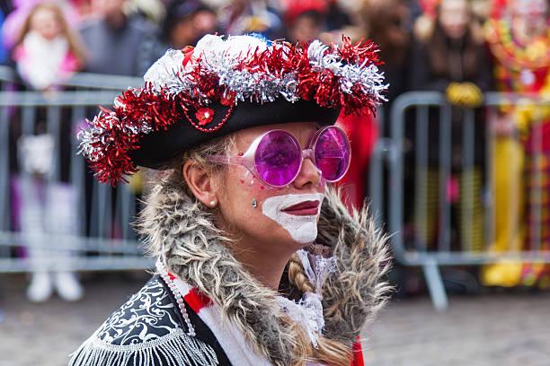 gekleidete frau in die rose monday parade - karnevalskostüme köln stock-fotos und bilder