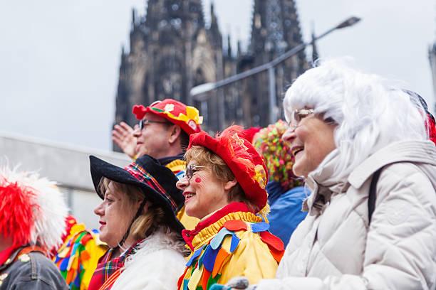 kostümierten frauen feiert carnival - karnevalskostüme köln stock-fotos und bilder