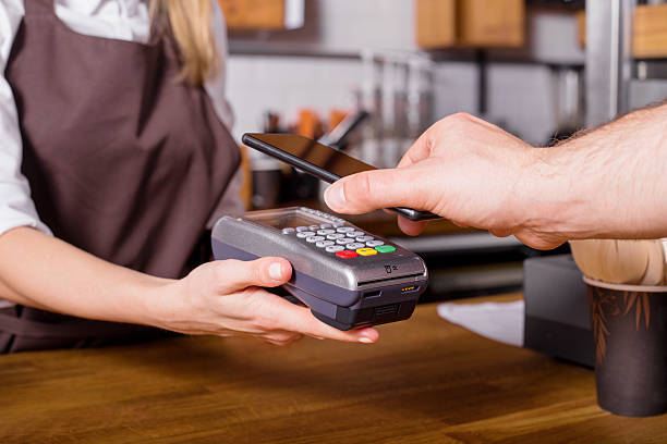 costumer scanning phone to pay - costumer - fotografias e filmes do acervo