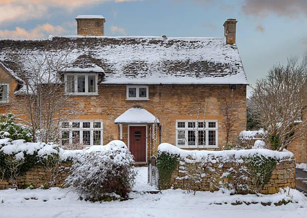 cotswold cottage in snow - kır evi stok fotoğraflar ve resimler
