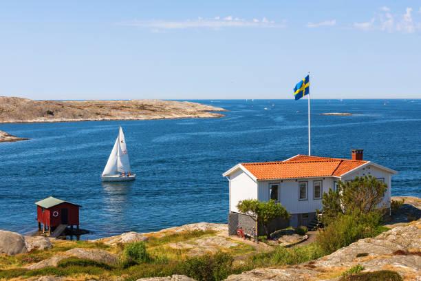 stuga vid havet och en segel båt - bohuslän nature bildbanksfoton och bilder