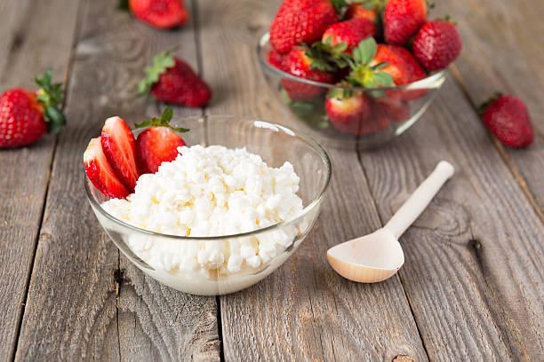 Hüttenkäse und Erdbeere – Foto