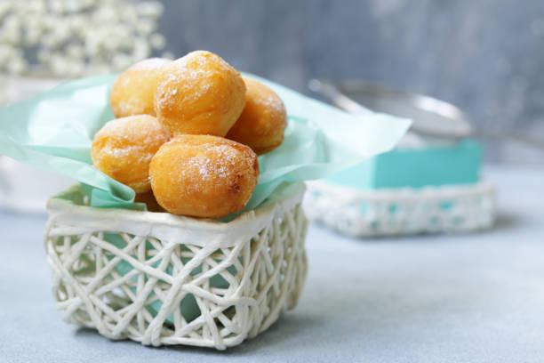hüttenkäse donuts kugeln - hausgemachte gebackene donuts stock-fotos und bilder