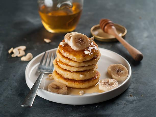 hüttenkäse pfannkuchen - gebackene banane stock-fotos und bilder