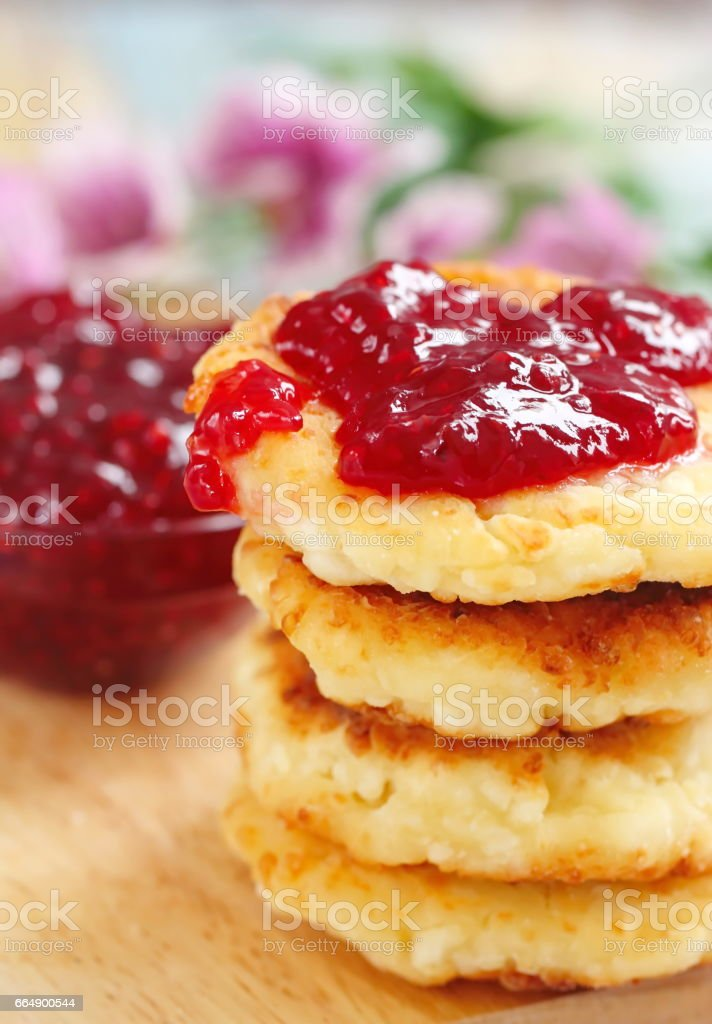 Cottage cheese pancakes with raspberry jam foto stock royalty-free