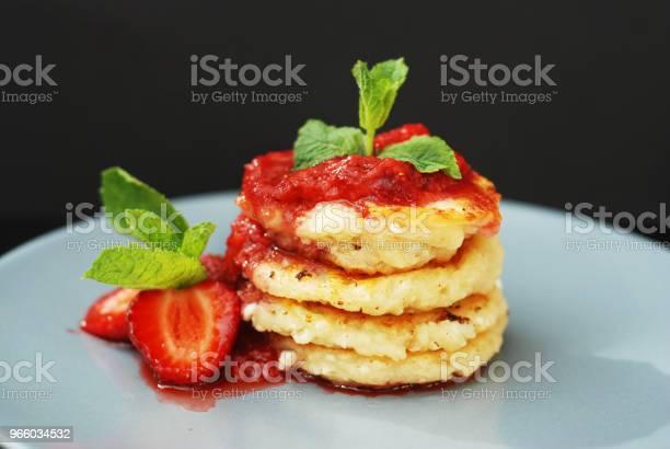 Quarkpfannkuchen Mit Erdbeeren Und Strawberry Jam Minze Blätter Süßes Frühstück Schwarzer Hintergrund Stockfoto und mehr Bilder von Beere - Pflanzenbestandteile