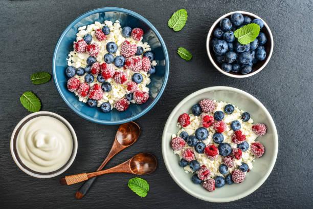 quark mit frischen heidelbeeren - dessert mit quark stock-fotos und bilder