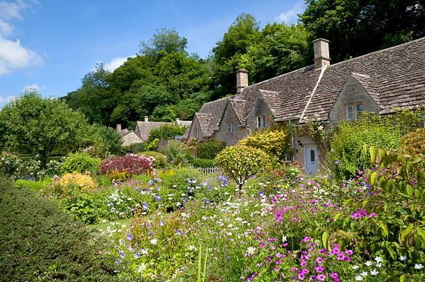 cottage garden at bibury - kır evi stok fotoğraflar ve resimler
