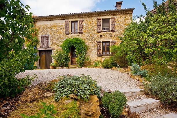 cottage in den pyrenäen, frankreich - französische häuser stock-fotos und bilder