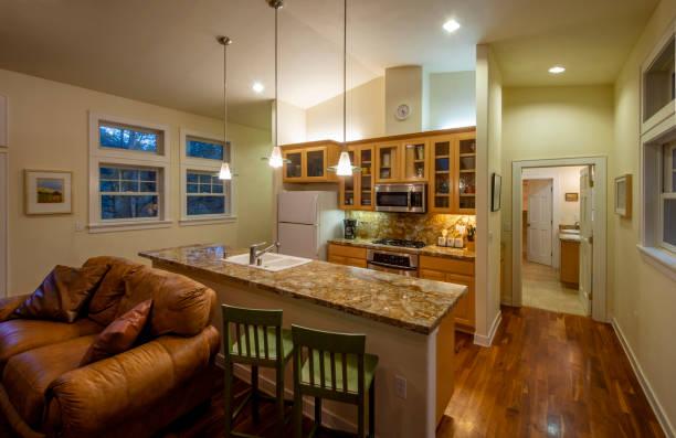 ferienhaus-interieur - landhausstil küche stock-fotos und bilder