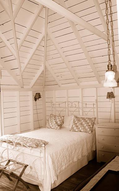 cottage-leben - cottage schlafzimmer stock-fotos und bilder