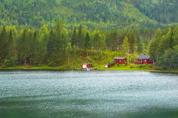 Hütte am Ufer des Fjords im norwegischen Stil – Foto