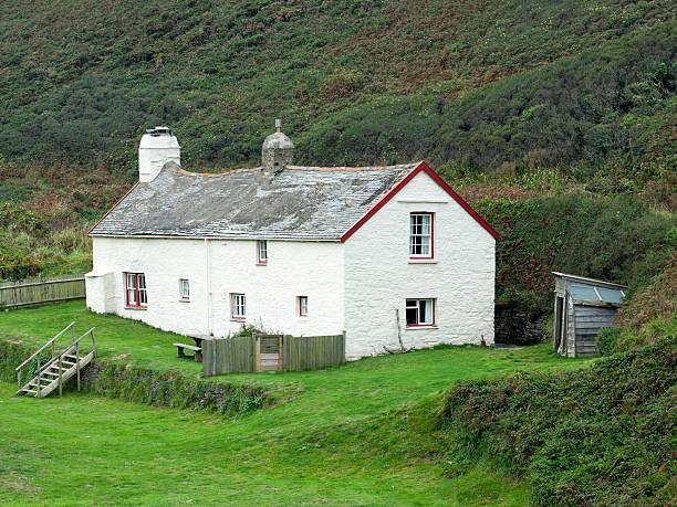 cottage - rustikaler hinterhof stock-fotos und bilder