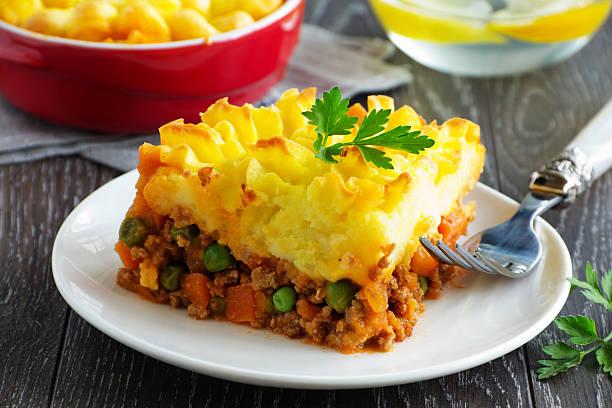 cottage pie, shepherd's pie, englische küche - gemüseauflauf mit hackfleisch stock-fotos und bilder