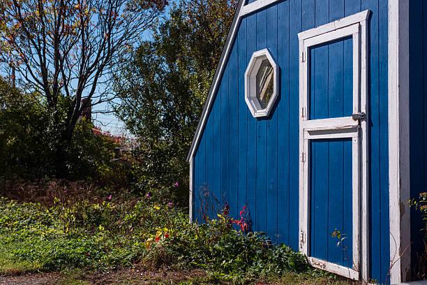 blaue schuppen cottagey garten - hobbit häuser stock-fotos und bilder
