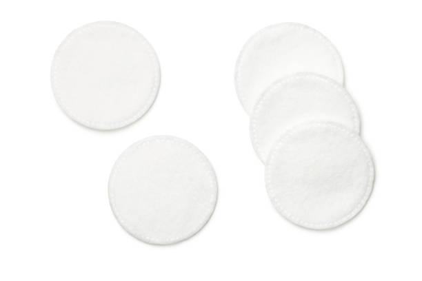 tampons de coton isolées on white background - démaquillant photos et images de collection