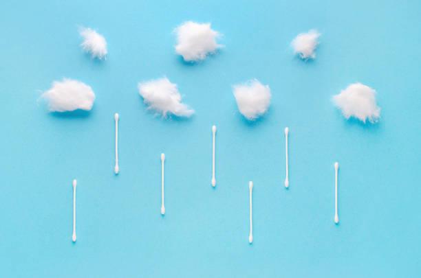Wattebelwolken und Schwänze regnen auf blauem Hintergrund – Foto