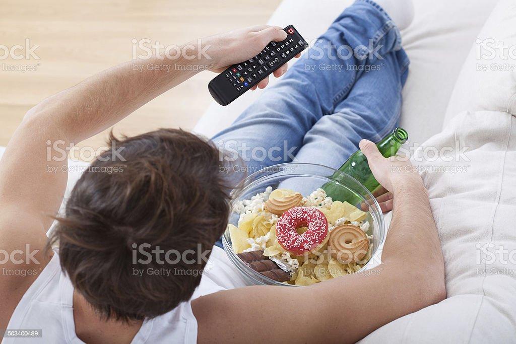 Couch potato viendo match - Foto de stock de Acogedor libre de derechos