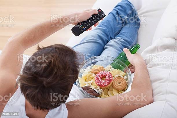 Couch Potato Viendo Match Foto de stock y más banco de imágenes de Acogedor