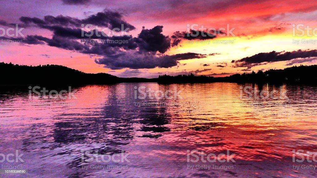 Coucher de soleil aux couleurs vives sur la rivière stock photo