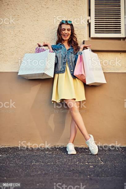 지금 쇼핑 하는 것을 막을 수 있지만 난 포기 20-29세에 대한 스톡 사진 및 기타 이미지