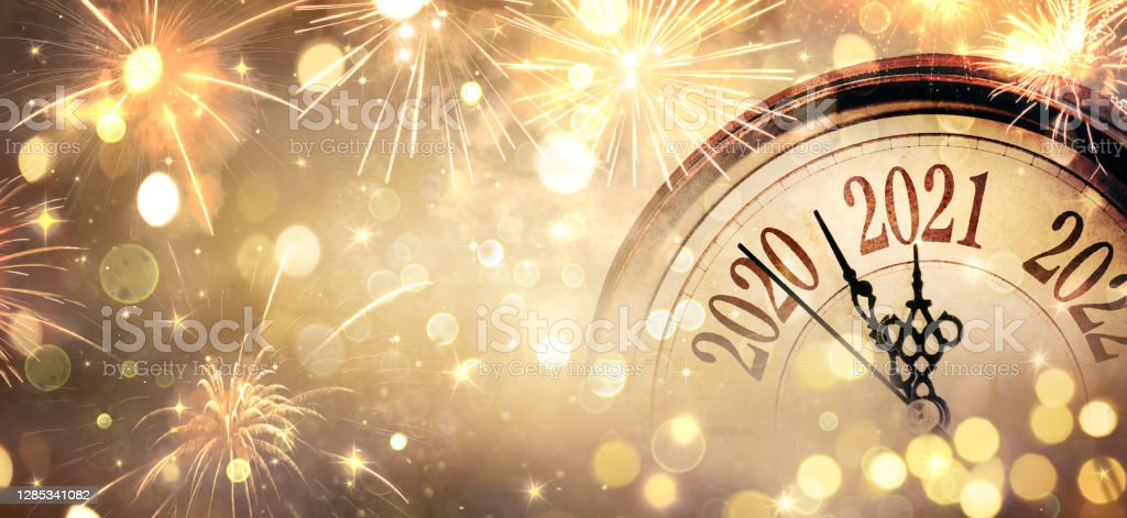 Countdown To Midnight - Happy New Year 2021 - Abstract Defocused Background - Clock And Fireworks - Royalty-free 2021 Foto de stock