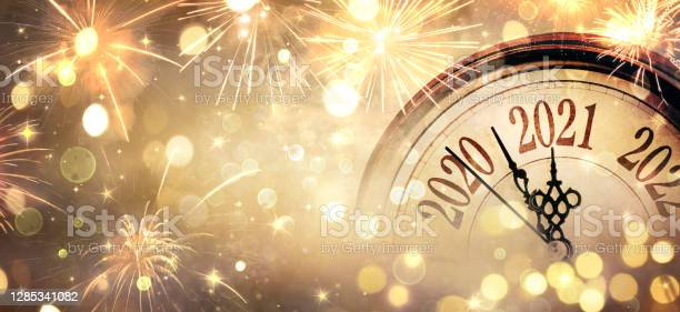 Countdown To Midnight Happy New Year 2021 Abstract Defocused Background Clock And Fireworks - Fotografias de stock e mais imagens de 2021