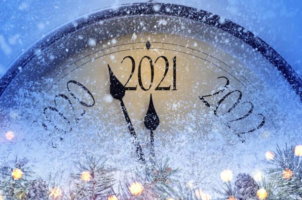 cuenta atrás hasta la medianoche - año nuevo fotografías e imágenes de stock