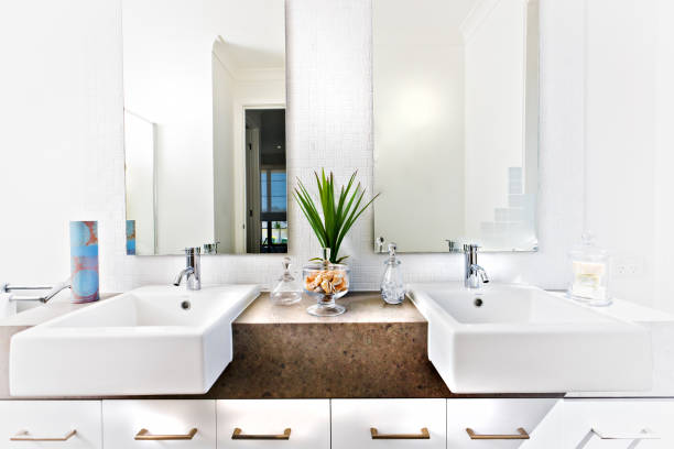Theke-Oberseite eines Waschraums mit Waschbecken und Wasserhähnen – Foto