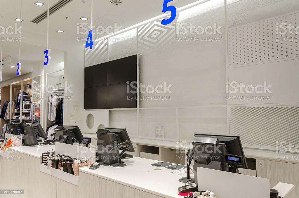 Balcão com caixas registradoras e monitores - foto de acervo