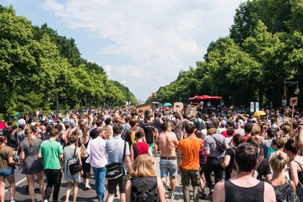 Gegenprotest gegen die Demonstration der AFD/Alternative für Deutschland (Deutschland: Alternative fÃhalb-4r Deutschland, AfD), einer rechtsextremen politischen Partei in Deutschland – Foto
