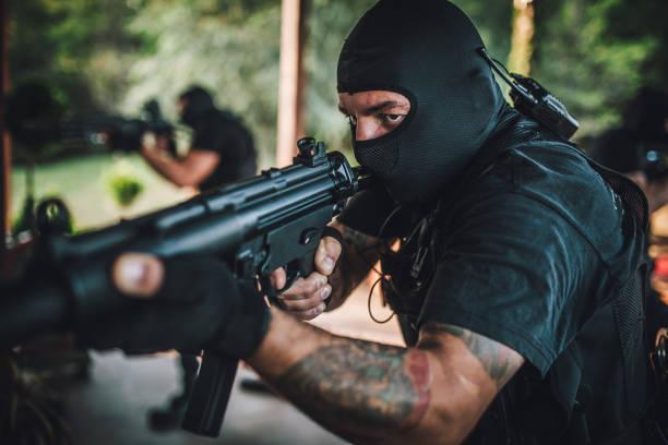 anti-terror-team auf mission - wächter tattoo stock-fotos und bilder