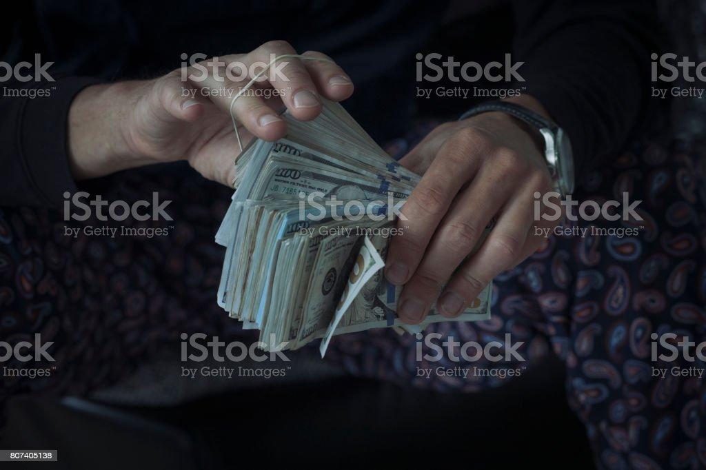Contando un montón de dinero en efectivo - foto de stock