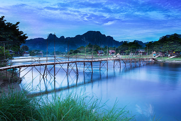 land bridge auf die nam song river, vang vieng, laos. - vang vieng stock-fotos und bilder