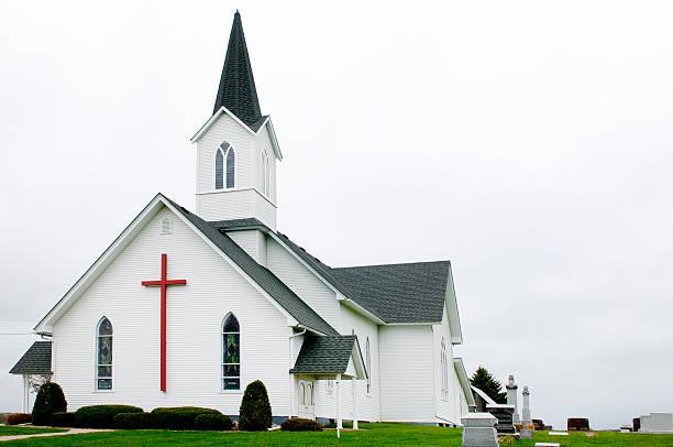 country-kirche - kirchturmspitze stock-fotos und bilder
