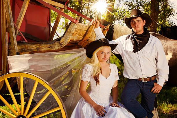 land der cowboys ist eine frau - bräutigam jeans stock-fotos und bilder