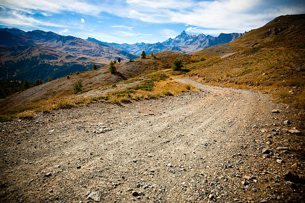 país ciclista de estrada nos alpes - estrada em terra batida - fotografias e filmes do acervo