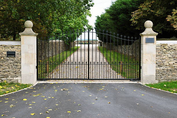 country estate gates and driveway - ingang stockfoto's en -beelden