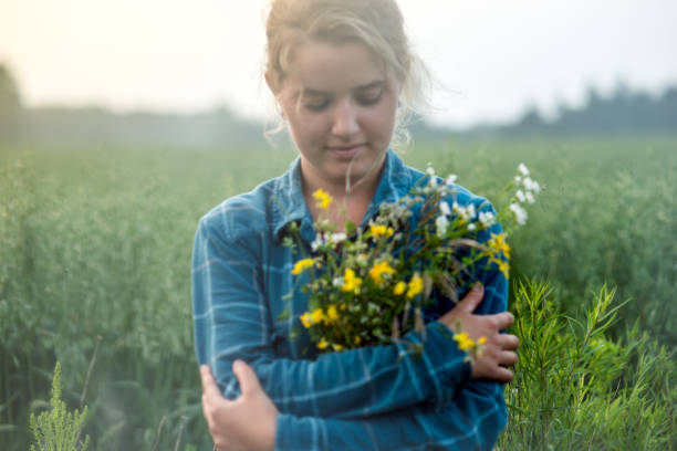 Country Girl Holding Meadow fleurs - Photo