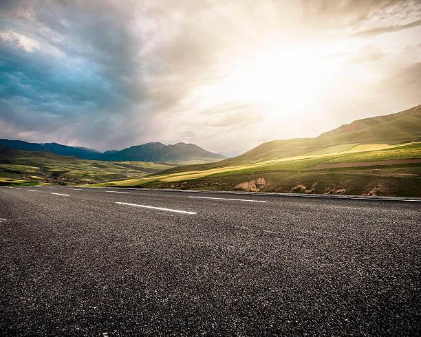 land-highway - zweispurige strecke stock-fotos und bilder