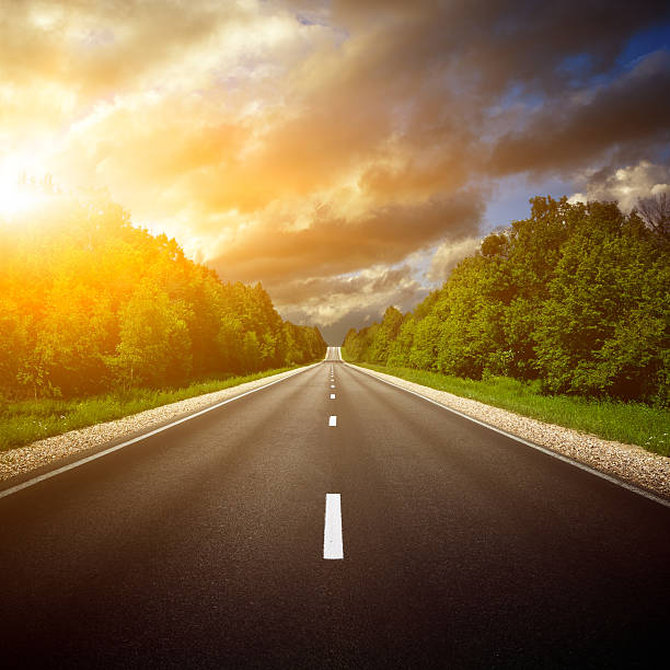 land-highway.  der weg nach vorne. - zweispurige strecke stock-fotos und bilder