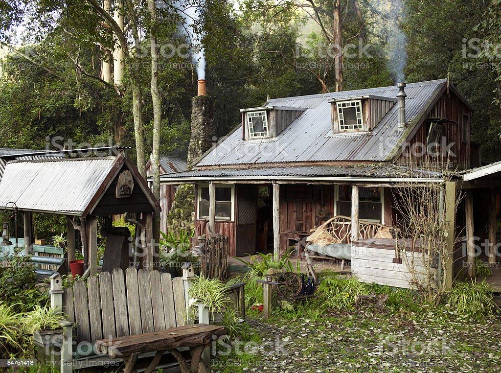 Maison de campagne avec cheminée, FUMEUR photo libre de droits