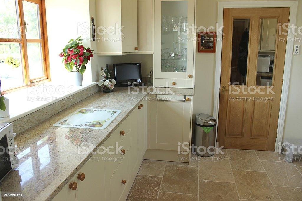 Cucina di campagna con pino porta shaker mobiletti piano di lavoro