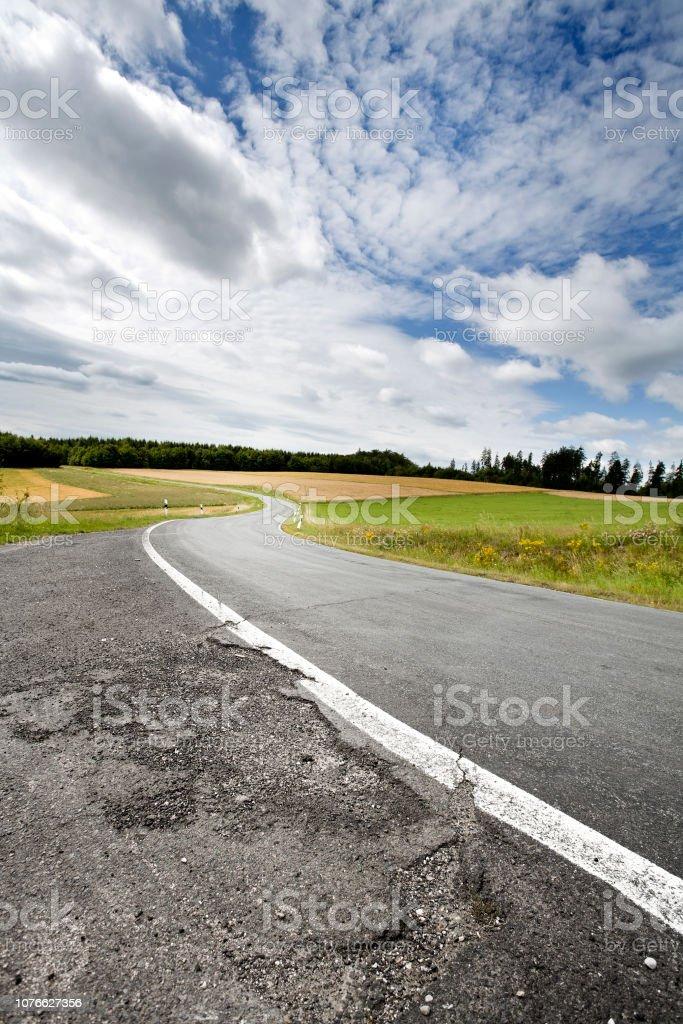 Landstraße, Ländliches Motiv, rissige asphalt – Foto