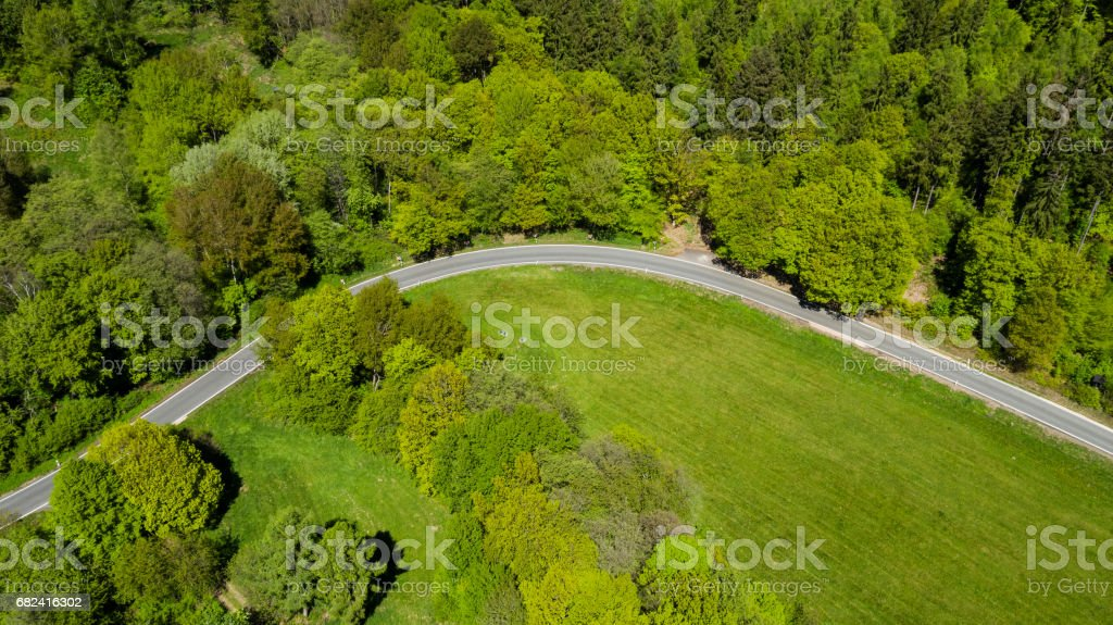 Route de campagne à travers champs et forêts photo libre de droits